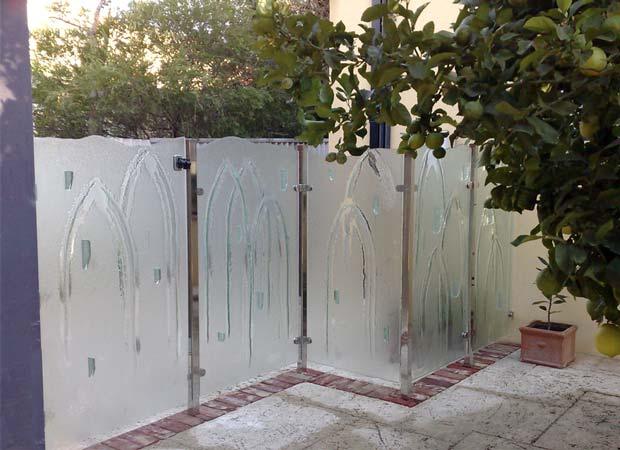 Slumped glass pool safety fence